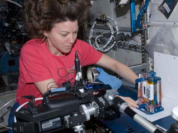 η αστροναύτης Catherine Coleman εργάζεται με τριχοειδή σωλήνα γεμάτα με υγρό για έλεγχο