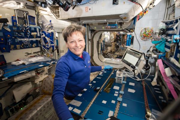 Ο αστροναύτης Peggy Whitson φωτογραφίζεται χρησιμοποιώντας το πείραμα Genes In Space-3