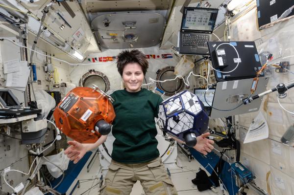 η αστροναύτης Samantha Cristoforetti διεξάγει την έρευνα SPHERES-Vertigo στην ιαπωνική μονάδα πειραματισμού