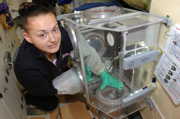 Η Έλενα Σέροβα συνεργάζεται με το πείραμα ΑΙΣΕΠΤΙΚΗΣ βιοεπιστημών στα ρωσικά Glavboks (Glovebox).