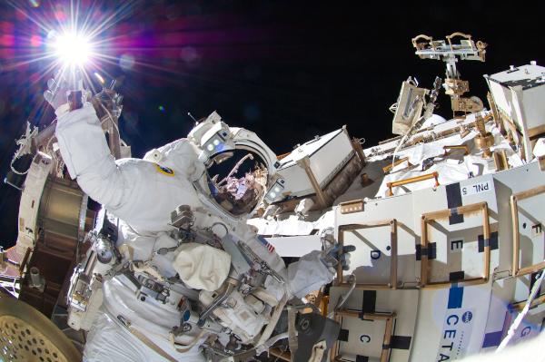ο αστροναύτης Sunita Williams φαίνεται να αγγίζει το λαμπερό ήλιο κατά τη διάρκεια της τρίτης συνόδου extravehicular activity (EVA)