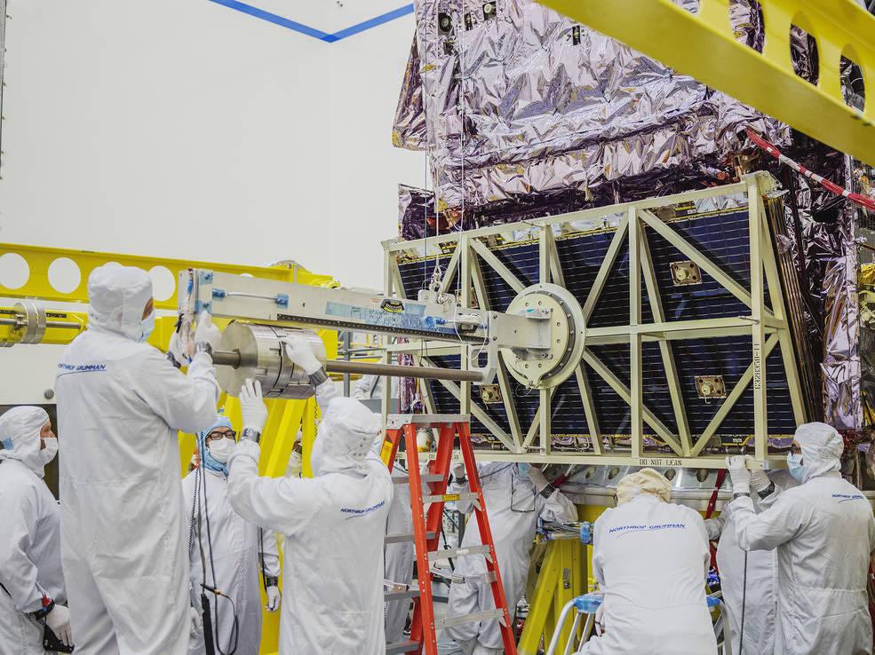 Un grupo de ingenieros vuelve a conectar la matriz solar al telescopio espacial James Webb después de que se retirara para realizar pruebas.