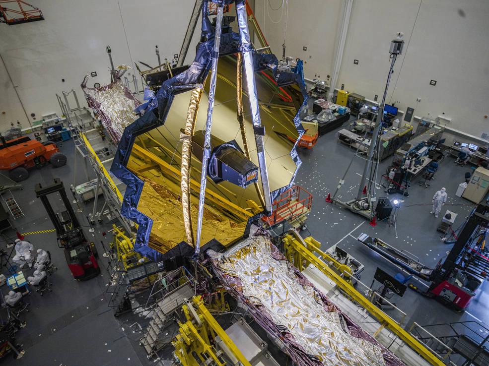 تلسكوب جيمس ويب الفضائي التابع لناسا في الغرفة النظيفة في نورثروب جرومان ، ريدوندو بيتش ، كاليفورنيا ، في يوليو 2020