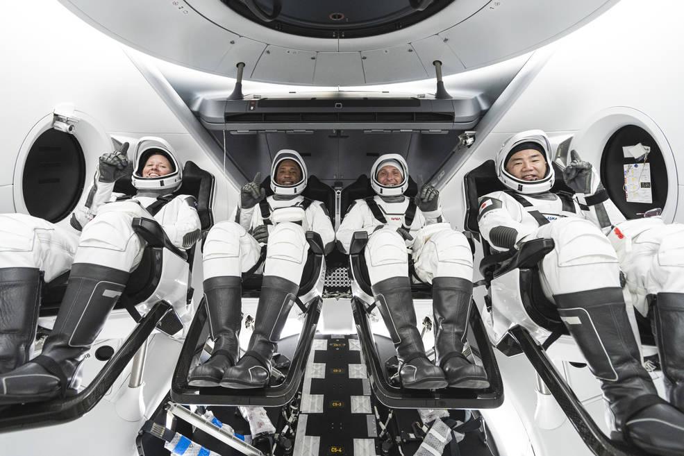 Čtyřčlenná posádka mise Crew-2 dorazila v Dragonu na ISS