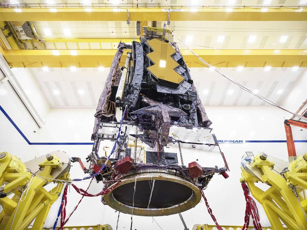 Los técnicos preparan el telescopio espacial James Webb para transportarlo a instalaciones de prueba cercanas.