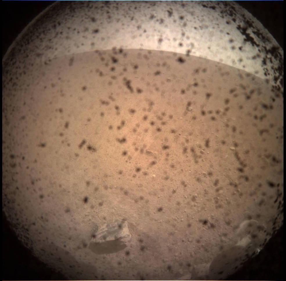 Il lander InSight Mars della NASA ha acquisito questa immagine dell'area di fronte al lander