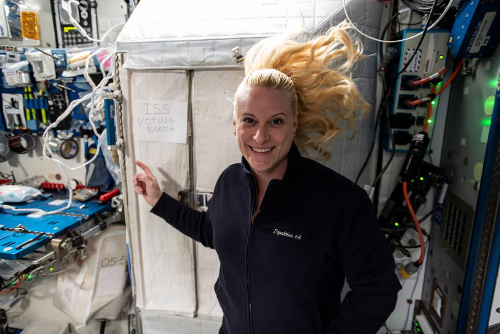 La astronauta Kate Rubins vota desde la estación espacial