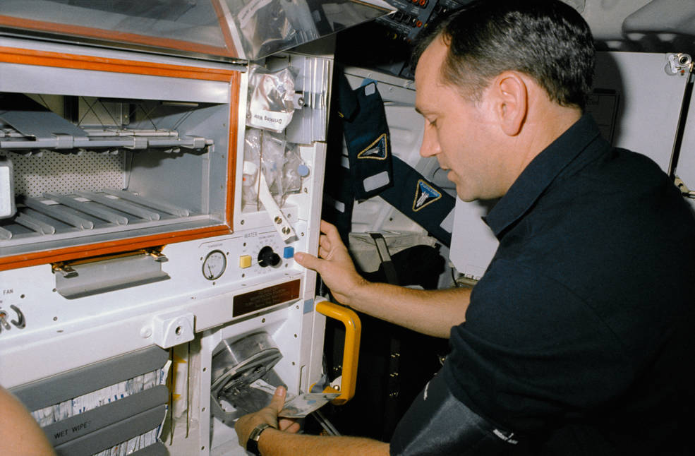 iss20_food_akers_using_rehydrator_sts_41