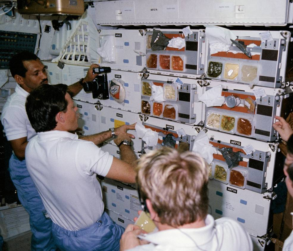 iss20_food_chow_line_on_61c