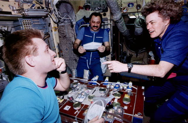 iss20_food_dinner_during_mir_21_nasa_2