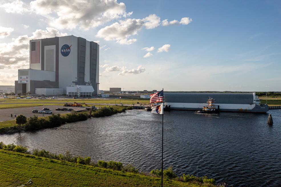La etapa central de Artemis I llega al Centro Espacial Kennedy