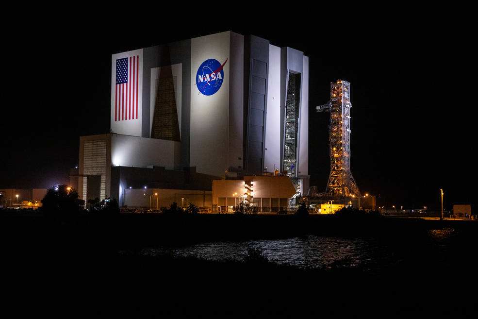 El lanzador móvil llega a la plataforma de lanzamiento 39B para pruebas y preparación para Artemis I.