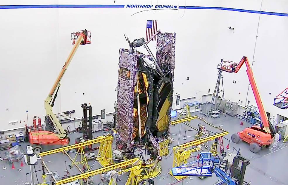 Un primer vistazo al telescopio espacial James Webb de la NASA completamente guardado cuando se carga en un cohete Ariane V.
