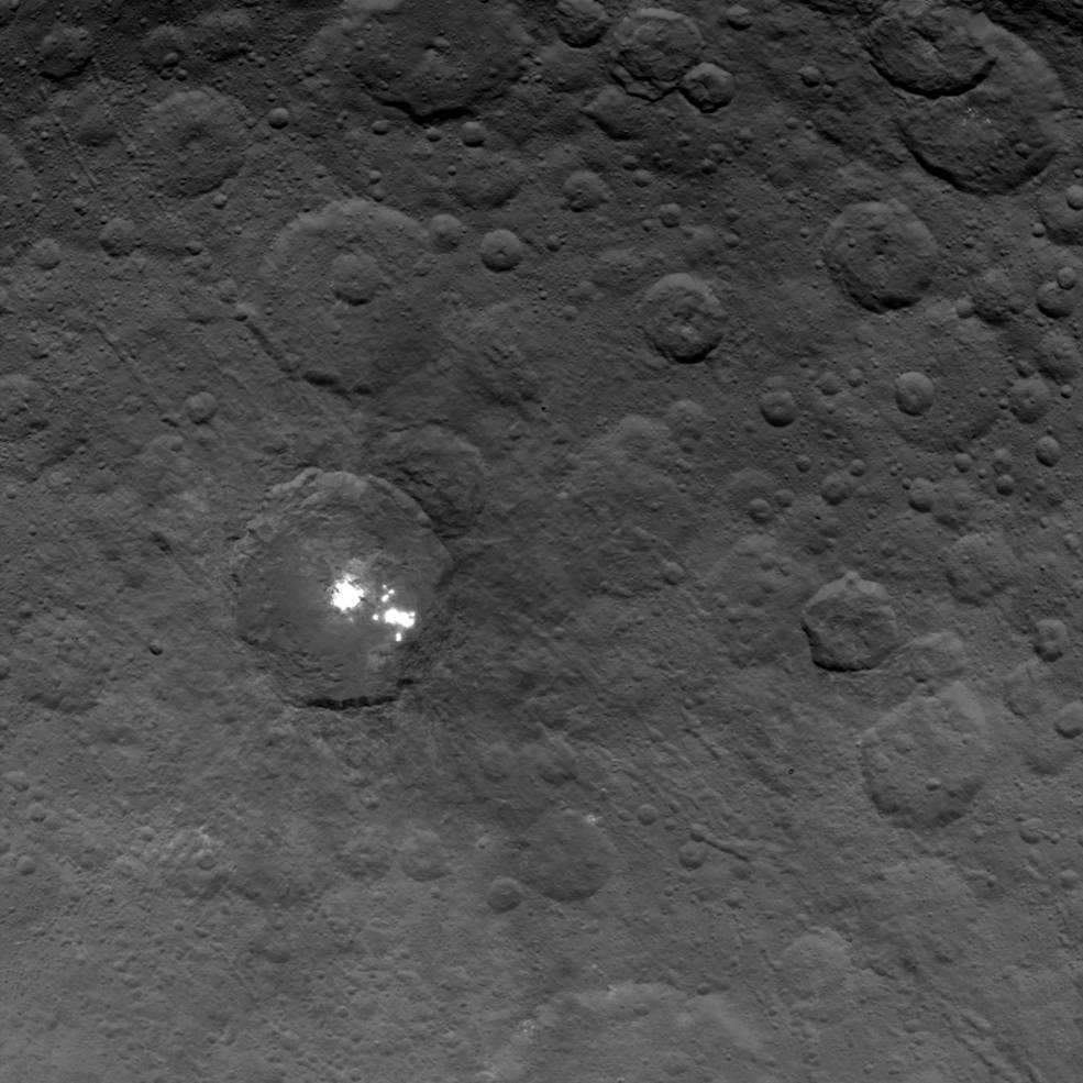 Co to září z povrchu Ceres? Vesmírná sonda Dawn přináší detailní snímky tajemných skvrn