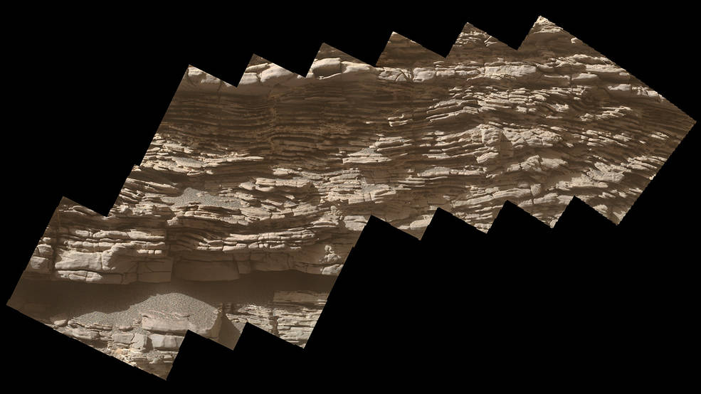 Rover Curiosity na Marsu narazil na komplexní skálu, která zřejmě vznikla za přítomnosti větru a vody
