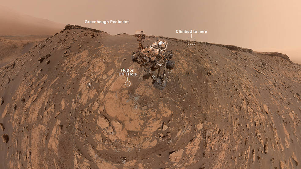 Это селфи было сделано марсоходом Curiosity НАСА в феврале. 26, 2020