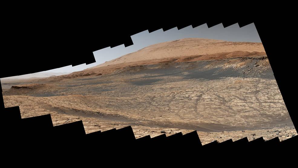 Cucita insieme da 116 immagini, questa vista catturata dal rover Curiosity Mars della NASA mostra il percorso che prenderà in estate o