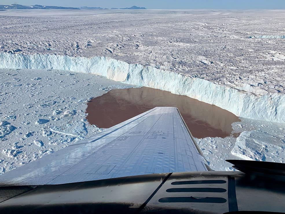 Проект OMG сбросил зонды на самолете во фьорды вдоль побережья Гренландии