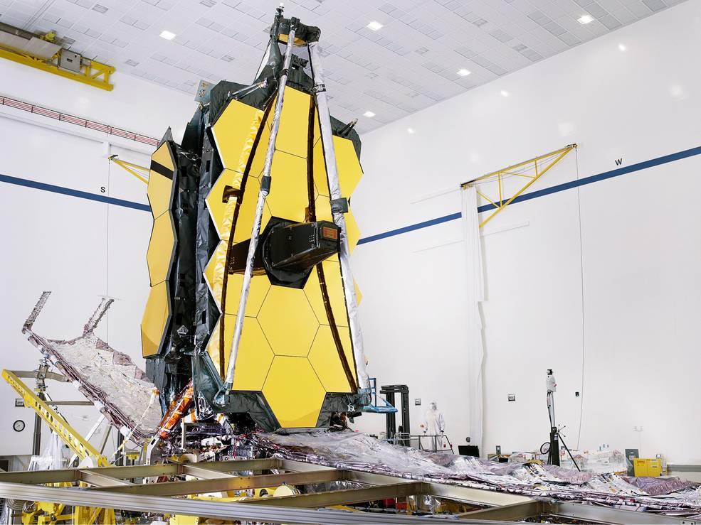 Telescópio espacial James Webb totalmente montado, com seu protetor solar e estruturas de paletes unitárias (UPSs) dobráveis.