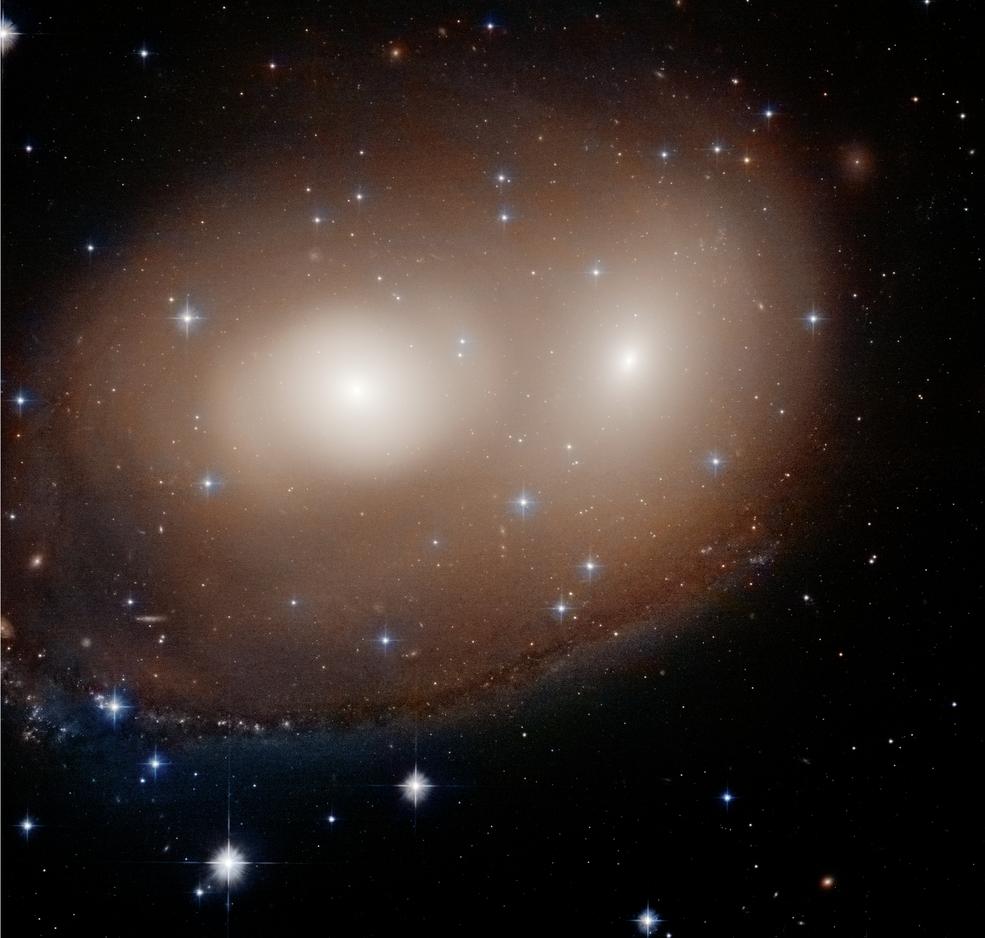 """Hubble encuentra un par de galaxias """"Gran calabaza""""."""