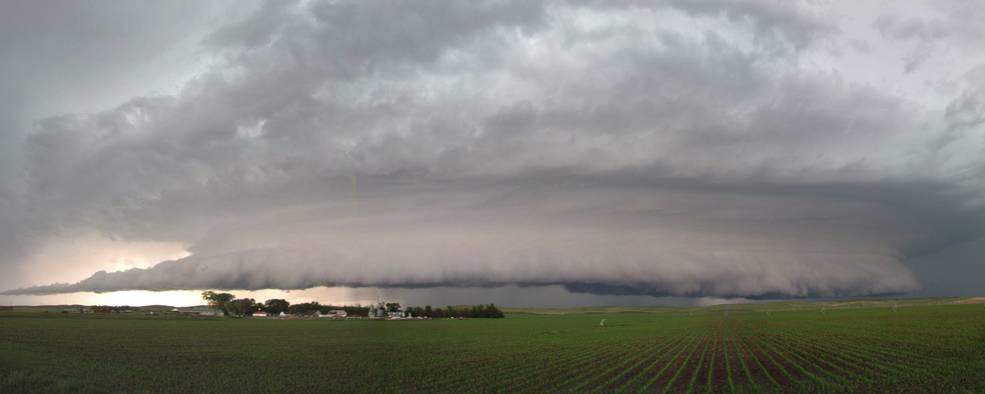 Bulutlar ve tarım arazileri gösteren yağış