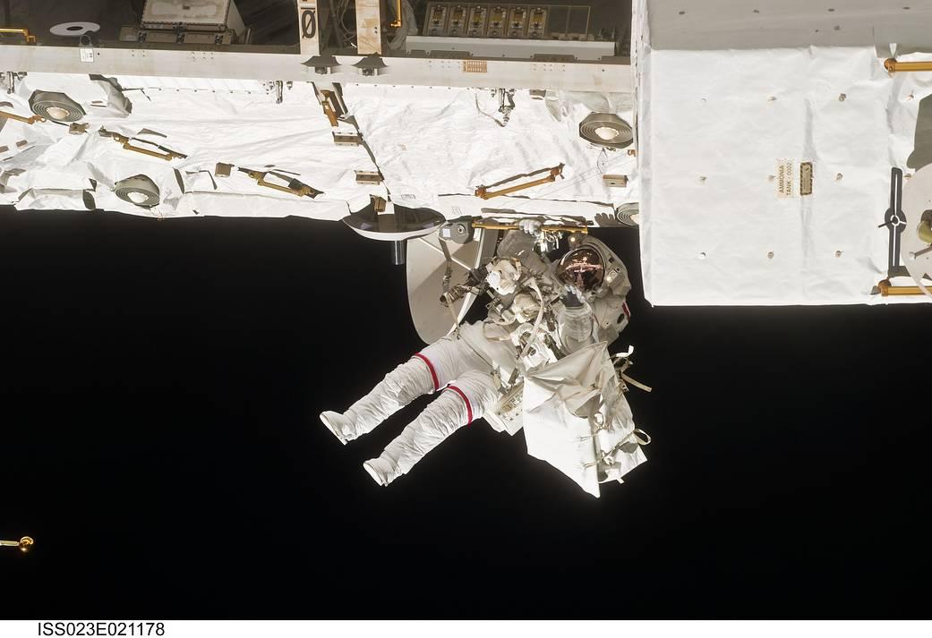 Astronaut Rick Mastracchio, spesialis misi STS-131, ikut serta dalam perjalanan ruang angkasa pertama misi itu ketika konstruksi dan pemeliharaan berlanjut di Stasiun Luar Angkasa Internasional. Selama enam jam, 27 menit spacewalk, Mastracchio dan astronot Clayton Anderson membantu memindahkan tangki amoniak seberat 1.700 pound baru dari ruang antar-jemput Discovery ke tempat parkir sementara di stasiun, mengambil percobaan dari fasilitas Laboratorium Kibo Jepang yang terpapar dan mengganti Rate Gyro Assembly di salah satu segmen truss.