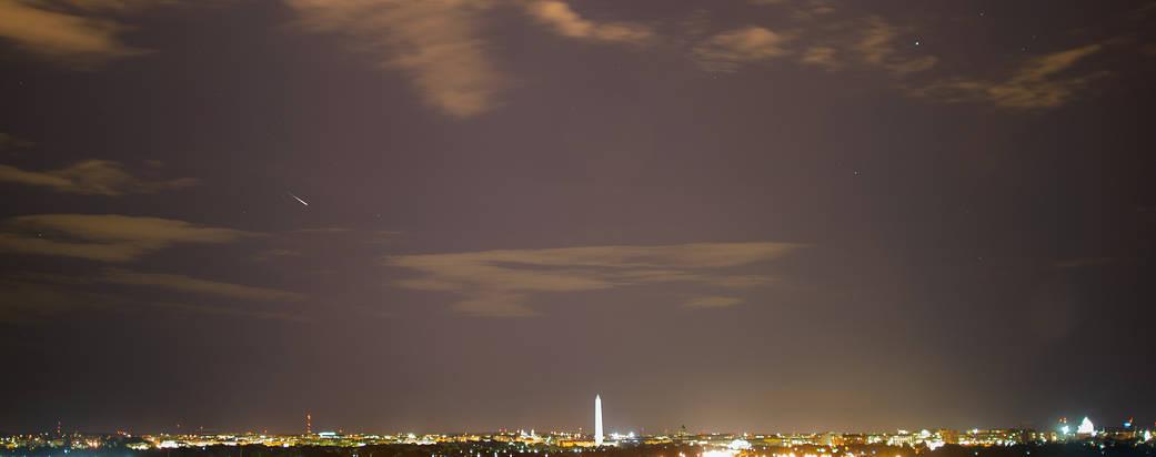 Yıllık Perseid göktaşı duş sırasında Washington, DC yukarıda gökyüzünde Meteor çizgiler