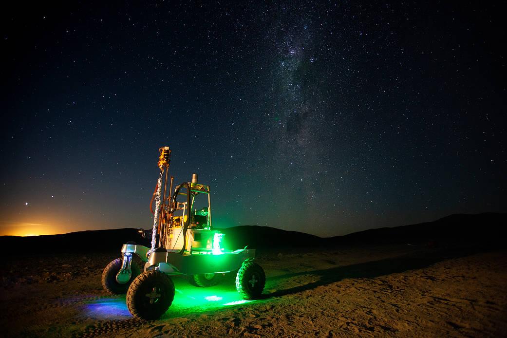 月球开始落后于智利阿塔卡马沙漠的ARADS漫游车。 银河系在夜空中可见。