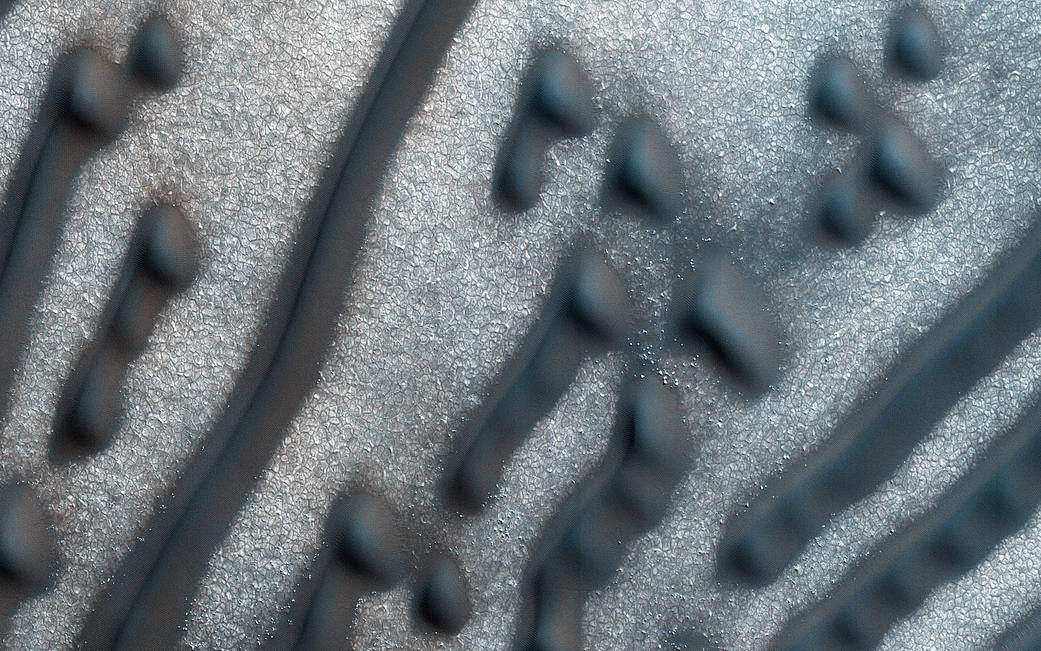 Dark diagonal shapes of dunes on the Mars surface imaged from Mars orbit
