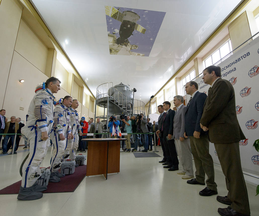 Expedition 52 Crew Members Report for Qualification Exams
