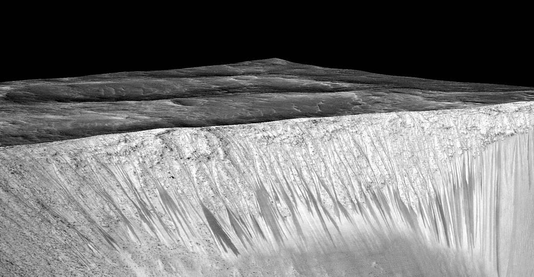 """Le """"colate"""" di sali idrati sula parete interna del cratere Garni"""