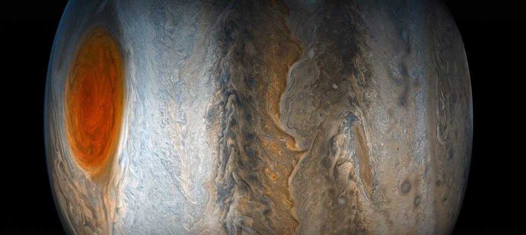 Co se ukrývá pod obří červenou skvrnou planety Jupiter? Bouře sahá hlouběji než oceány na Zemi