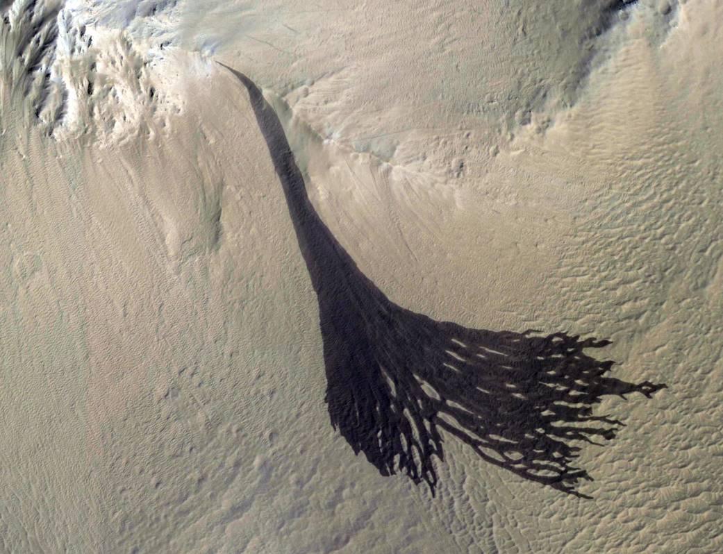Orbitální sonda MRO zachytila pohyby písku na svazích Marsu