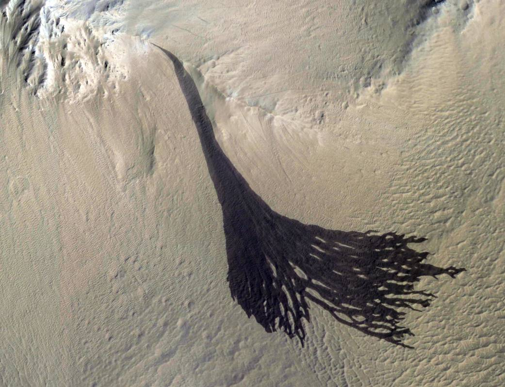 Streaks forming on slopes on Mars