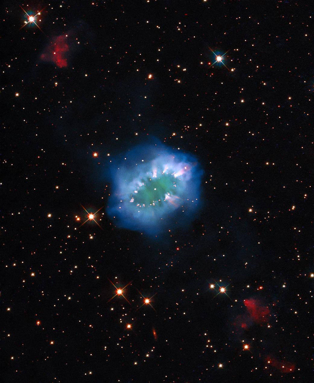 Náhrdelníková mlhovina je výsledkem interakce dvou hvězd, které se k sobě příliš přiblížily