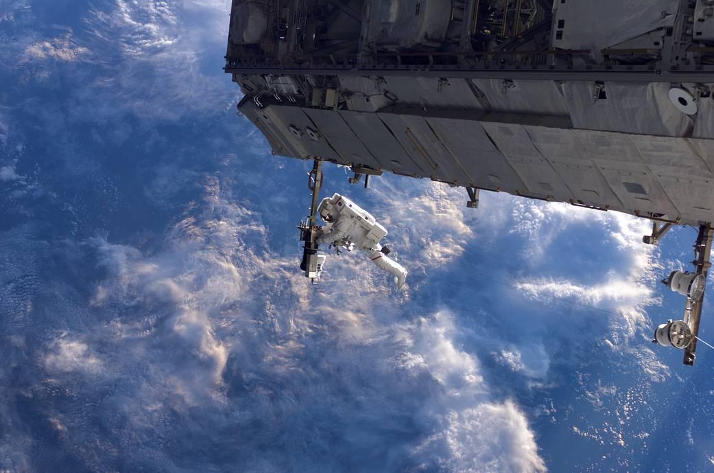 Robert Curmbeam on STS-116's first spacewalk