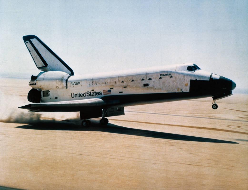 Shuttle Columbia landing on dry lake bed