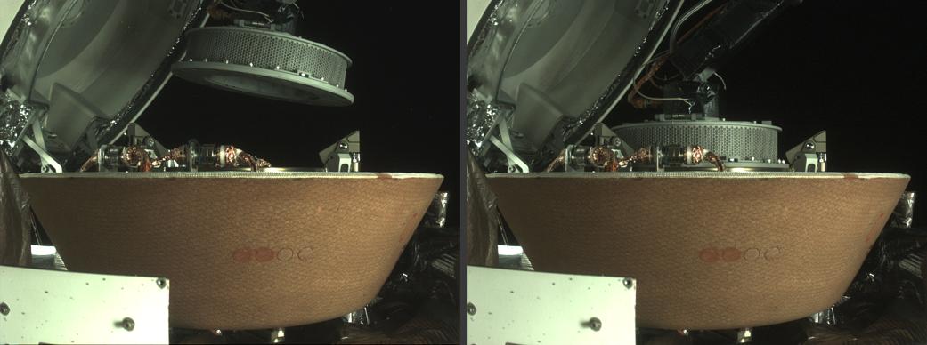 OSIRIS-REx en medio de la estiba de muestras.