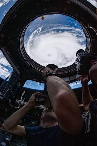 Una foto de un astronauta tomando fotos.
