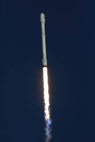 Foguete Falcon 9 com espaçonave NASA TESS a bordo de estrias para cima através do céu