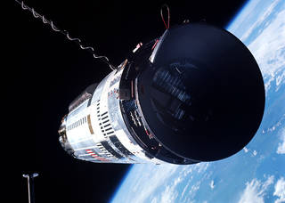 Gemini XII moves in to dock with Agena