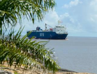 El buque MN Colibri, visto desde la orilla, al ingresar al Port de Pariacabo.