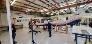 Los ingenieros de ESAero realizan comprobaciones de ajuste en el ala futura X-57.