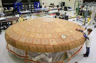 Los técnicos del Centro Espacial Kennedy de la NASA en Florida aplicaron meticulosamente más de 180 bloques de material ablativo