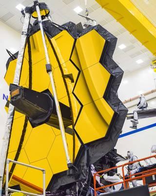 Los paneles del espejo dorado de Webb se abren por última vez en la Tierra