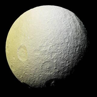 Необични црвени лаци на ледената месечина на Сатурн