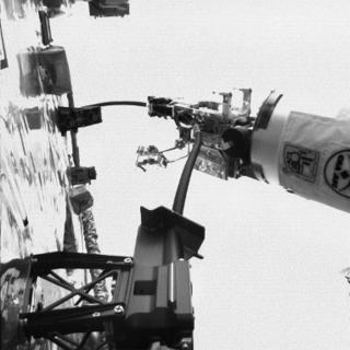 La herramienta de mantenimiento criogénico permite a Dextre maniobrar la manguera criogénica de 11 pies de largo hasta un puerto del módulo RRM3.
