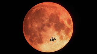 음력 일식에서 본 갈색 달의 배경 허블 우주 망원경 실루엣의 그림