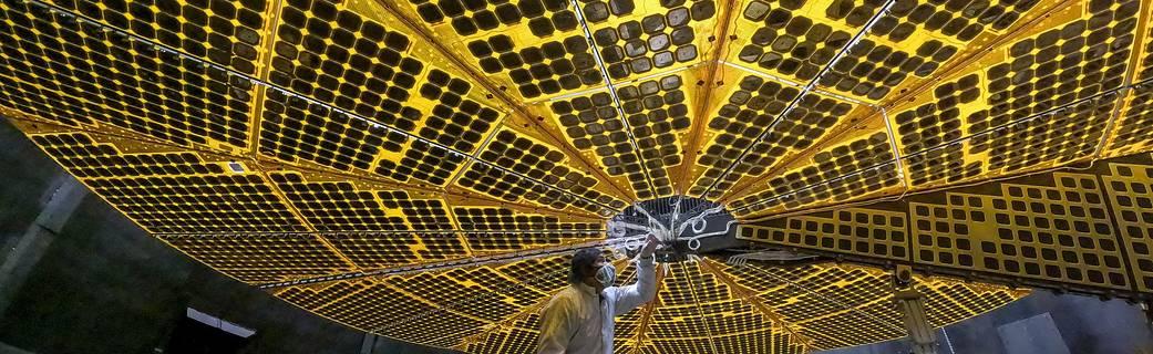 La misión Lucy de la NASA extiende sus alas en una exitosa prueba de despliegue de paneles solares