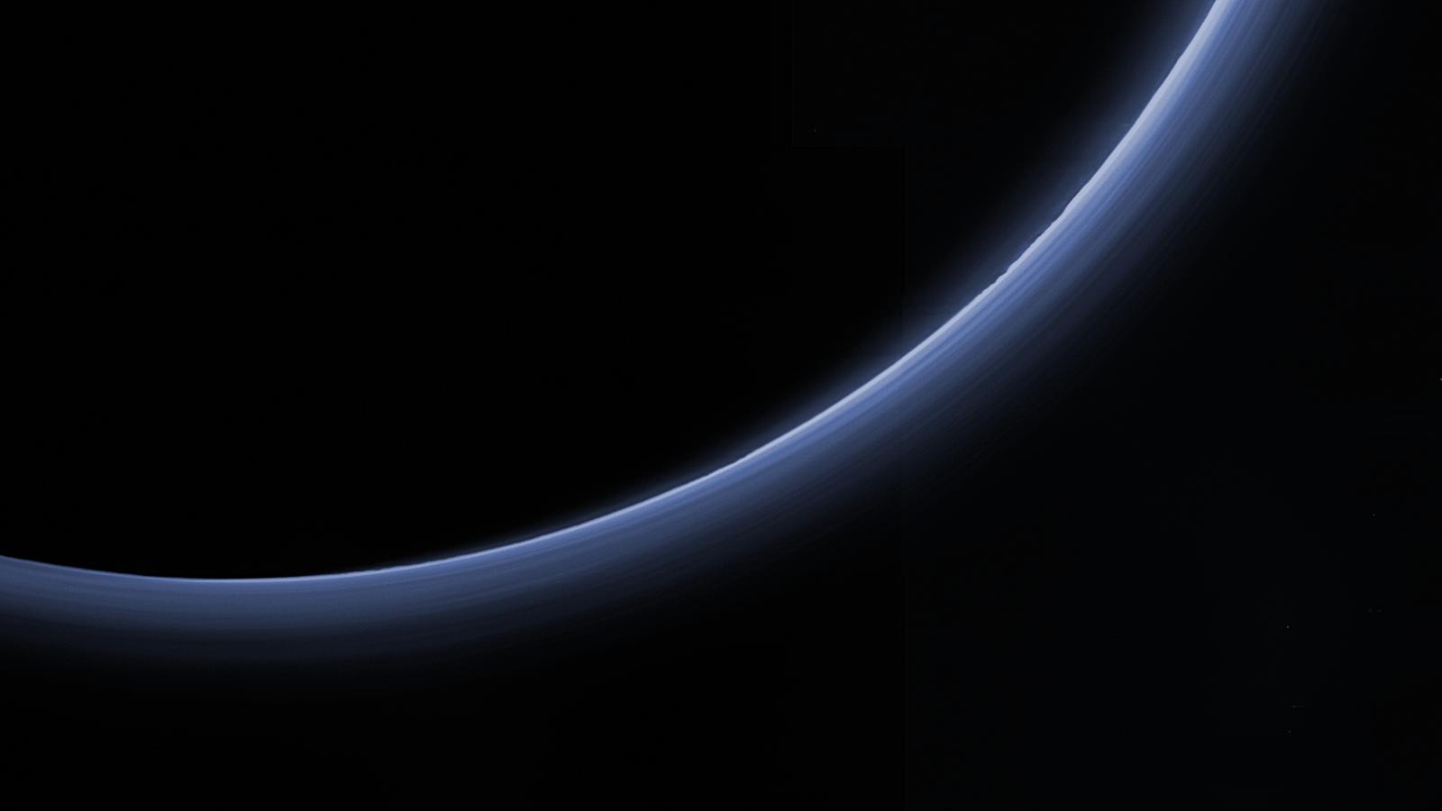 Hustota atmosféry Pluta je proměnlivá, ale nesouvisí jen se vzdáleností od Slunce